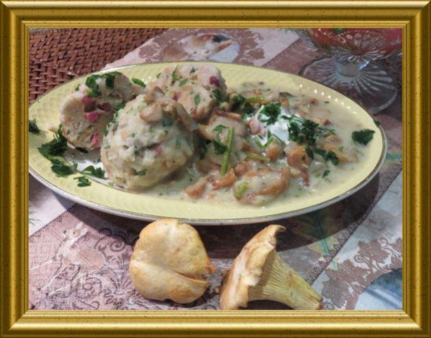 Pfifferlingssuppe / - ragout mit Speckknödel aus der Taraland Lehrküche
