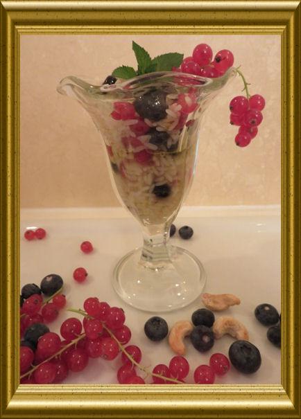 Reissalat mit Beeren