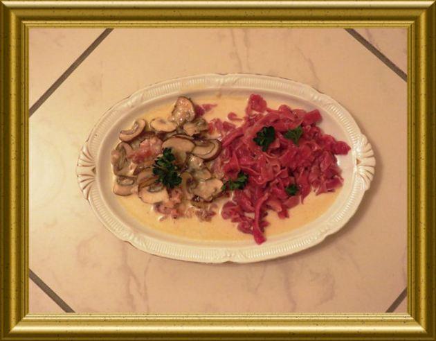 Pancetta-Pilz-Sauce zu roten Tagiatellen (1)