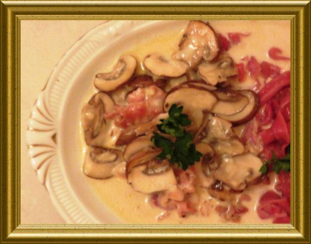 Pancetta-Pilz-Sauce zu roten Tagiatellen aus der Taraland Lehrküche