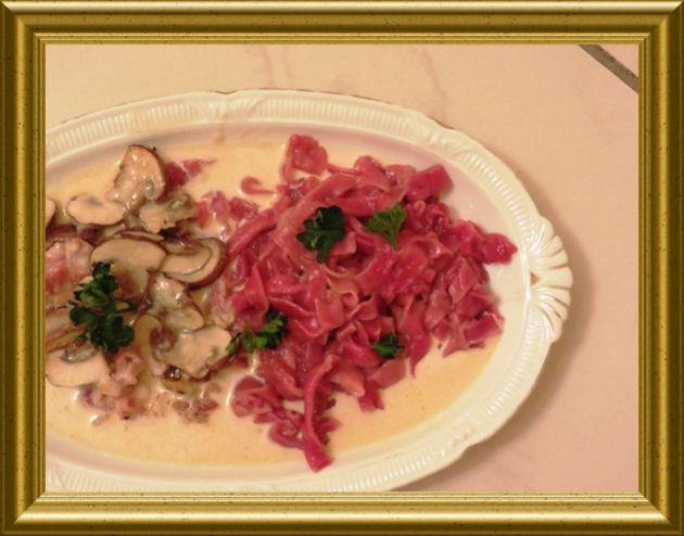 Pancetta-Pilz-Sauce zu roten Tagiatellen -Bandnudeln aus der Taraland Lehrküche