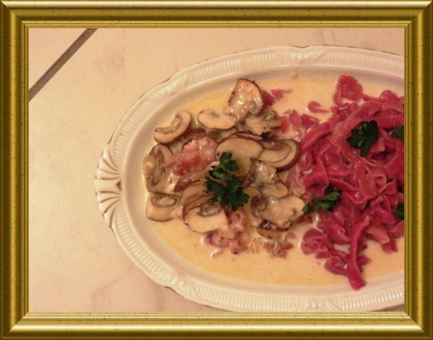 Rote Tagiatelle - Bannudeln zu Pancetta-Pilz-Sauce