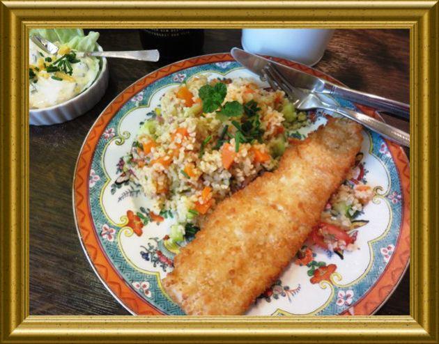 Fisch im Bierteig mit Remoulade und Bulgursalat mit Möhren aus der Taraland Lehrküche
